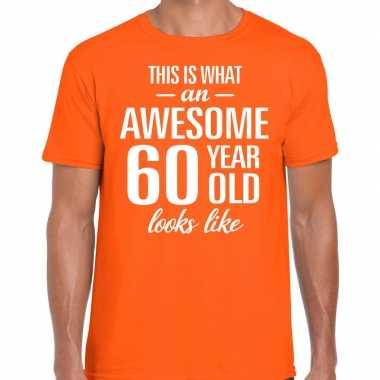 Awesome 60 year / verjaardag cadeau t-shirt oranje voor heren kopen
