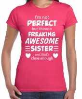Freaking awesome sister zus cadeau t-shirt roze voor dames kopen