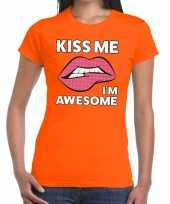 Kiss me i am awesome oranje fun t-shirt voor dames kopen