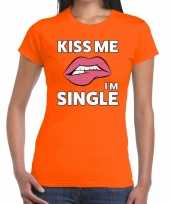 Kiss me i am single oranje fun t-shirt voor dames kopen