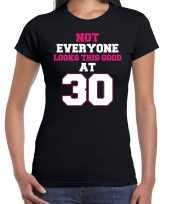 Not everyone looks this good at 30 t-shirt 30 jaar verjaardag shirt zwart voor dames kopen