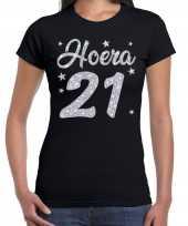 Zwart hoera 21 jaar verjaardag jubileum t-shirt voor dames met zilveren glitter bedrukking kopen