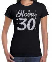 Zwart hoera 30 jaar verjaardag jubileum t-shirt voor dames met zilveren glitter bedrukking kopen
